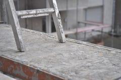 Konstruktionsplats - ram - plankor och stege arkivfoto