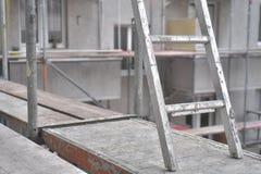 Konstruktionsplats - ram - plankor och stege arkivfoton