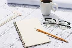 Konstruktionsprojekt planläggning Öppna ritningar med en blyertspenna a Royaltyfri Bild