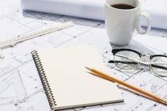 Konstruktionsprojekt planläggning Öppna ritningar med en blyertspenna a Fotografering för Bildbyråer