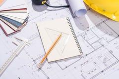 Konstruktionsprojekt planläggning Öppna ritningar med en blyertspenna a Arkivfoton
