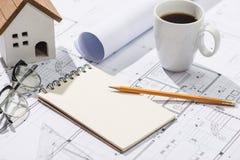 Konstruktionsprojekt planläggning Öppna ritningar med en blyertspenna a Royaltyfria Bilder