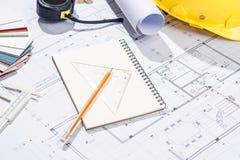 Konstruktionsprojekt planläggning Öppna ritningar med en blyertspenna a Royaltyfri Fotografi