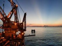 Konstruktionsskyttel och solnedgång Arkivbilder