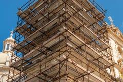 Konstruktionsställning som återställer en kyrka royaltyfri bild