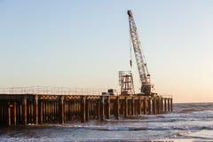 Konstruktionsstrand Pier Crane Royaltyfria Foton