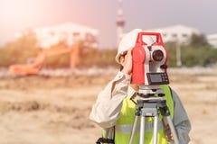 Konstruktionstekniker som kontrollerar konstruktionsplatsen Arkivfoton