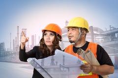 Konstruktionsteknikerer eller arkitekter kontrollerar byggnad Arkivfoto