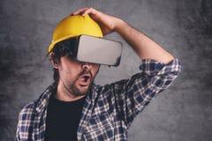 Konstruktionsteknikern med VR rullar med ögonen klara av byggnadsprojekt Royaltyfria Foton