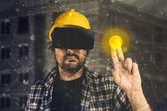 Konstruktionsteknikern med VR rullar med ögonen klara av byggnadsprojekt Royaltyfri Fotografi