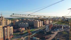 Konstruktionsutrustning fungerar och att bygga nya hus i en grannskap _ stock video