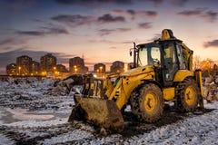 Konstruktionsutrustning på den snöig platsen Royaltyfri Foto