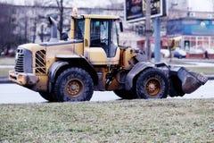 Konstruktionsutrustning samlar snö Arkivfoton