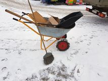 Konstruktionsvagn med den avskrädefacket och kvasten fotografering för bildbyråer