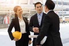 Konstruować drużynową chwianie rękę z busineeman, inwestor, szefa ou Zdjęcie Royalty Free