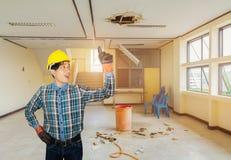 Konstruować rękę w górę ręka punktu w zatrudnienie naprawy wody przecieku kropli wnętrza budynku biurowym fotografia stock