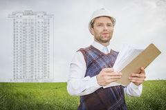 Konstruuje architekta projektanta z rysunkami przedmiot budowa budynek mieszkaniowy Obrazy Stock