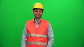 Konstruuje mężczyzna dotyka wirtualnego monitoru na zieleń ekranie zdjęcie wideo