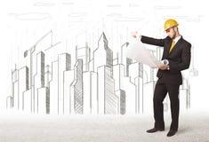 Konstruuje mężczyzna z budynku miasta rysunkiem w tle Fotografia Royalty Free