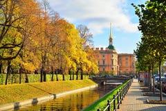Konstruuje Mikhailovsky kasztel Łabędzi kanał i suma, Zdjęcia Royalty Free