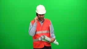 Konstruuje opowiadać na telefonie i chwycie w ręka projekta papierach zdjęcie wideo