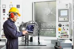 Konstruuje używać laptop kontroli CNC automobilową maszynę w automobilowym przemysle, Mądrze fabryczny pojęcie zdjęcie royalty free