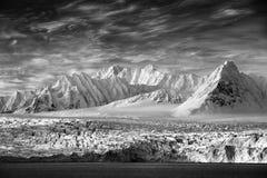 Konstsikt på vinterarktisk Vitt snöig berg, blå glaciär Svalbard, Norge Is i havet Isberg i nordpolen Global warmin Arkivbild