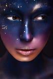 Konststående av en härlig flicka med färgmålarfärg på hennes framsida Royaltyfri Bild
