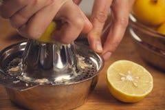 Konststilleben med juiceren för orange fruktsaft och porslin royaltyfri bild