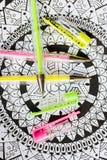 Konstterapi-, mental hälsa-, kreativitet- och mindfulnessbegrepp Den vuxna färgläggningsidan med färgad pastell stelnar pennor, d royaltyfri bild