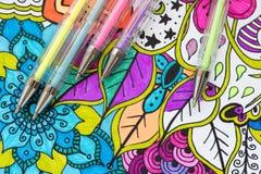 Konstterapi-, mental hälsa-, kreativitet- och mindfulnessbegrepp Den vuxna färgläggningsidan med färgad pastell stelnar pennor, d arkivbild
