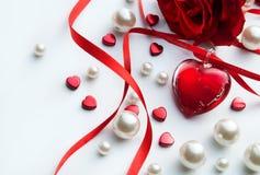 Konstvalentinkort med röd ro och hjärta Royaltyfria Foton