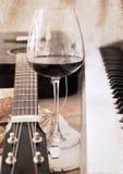 Konstverk i retro stil, musik och vin Arkivfoto