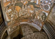 Konstverk inom det sydostliga hörnet för runt torn, stärkt kyrka av St Michael royaltyfri foto