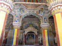 Konstverk inom en tempel i södra Indien arkivbilder