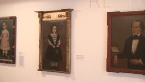 Konstverk målningar, museumutställningar stock video