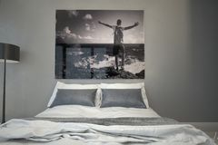 Konstverk på en vägg inom ett arkitektoniskt sovrum Royaltyfria Bilder