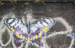 Konstverk som föreställer en stor fjäril på en tegelstenvägg Royaltyfri Fotografi