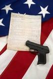 Konstytucja z ręka pistoletem na flaga amerykańskiej, Pionowo Zdjęcie Stock