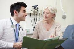 Konsulent Discussing Test Results med patienten arkivfoto