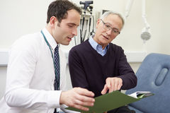 Konsulent Discussing Test Results med patienten arkivbilder