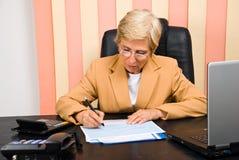 konsulent som tecknar den finansiella grafkvinnan royaltyfria bilder