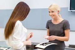 Konsulenten hjälper damen att välja smycken royaltyfria bilder