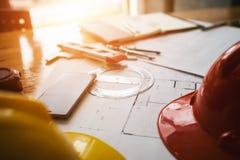 Konsultacja między kolegami, konstruuje drużyny sprawdzać projekt Obrazy Royalty Free