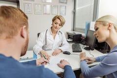 Konsultacja przy żeńskim medycznym doradcą Zdjęcie Royalty Free