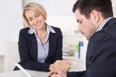 Konsultacja przy biurem między konsultantem i klientem. Zdjęcia Royalty Free