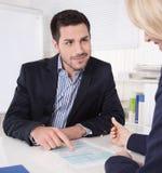 Konsultacja przy biurem między konsultantem i klientem. Obraz Royalty Free