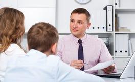 Konsultacja z szkolnym dyrektorem szkoły Zdjęcia Stock