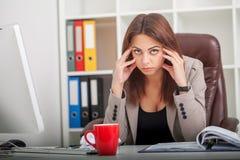 konsultacji z biznesu Ambitny bizneswoman opowiada telefonem przy Obrazy Royalty Free