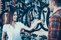 Konsultantów przedstawień cykl klient w sporta sklepie obrazy royalty free